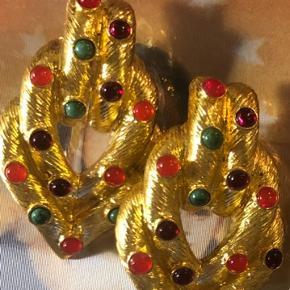 Søde ørestikkere i guld agtig med små sten i rød, grøn og orange. Til at fuldende dit outfit til festen.