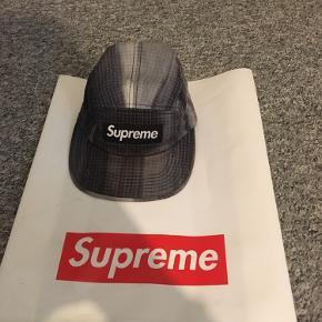 Hej sælger denne suprême cap, købt i suprême shoppen i London, og har næsten ikke brugt den, der er ingen flakes eller noget🙂