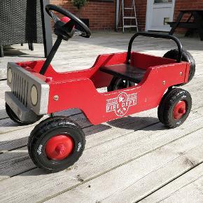 Virkelig fin vilac brandbil i træ, som barnet selv kan køre på ægte Flintstone maner.