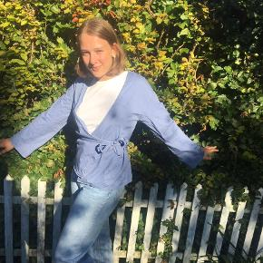 En sød lille skjorte top fra Na-kd💖 Perfekt med en tshirt eller turtleneck under - den giver bare lidt ekstra til et ellers kedeligt outfit