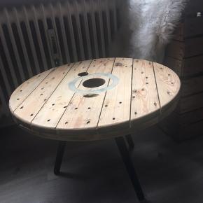 Mega retro sofa bord! Er slidt da det ikke er lakeret men syntes jeg ingenting gør da det er en gammel kabel tommel der er lavet til et bord, gør det mere rustik! Sælges da der ikke er plads i min nye lejlighed  Købte det selv for 250kr