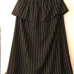 Stribet stropløs kjole, som er brugt 2 gange :)