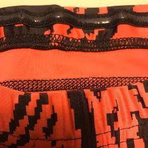 Super lækre trænnings tights, af mærket DCORE. Det er glidbånd hele vejen rundt i livet, som sikre, at bukserne sidder godt under hele træningen. Str. M. Nypris ca. 600 kr. #30dayssellout