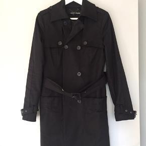 Flot sort trenchcoat fra Margit Brandt i klassisk model.  Pænt foer i Str 38 og er ikke brugt mange gange, så fremstår rigtig pæn. Ny pris var omkring 899 kr.  Pris angivet er uden fragt.