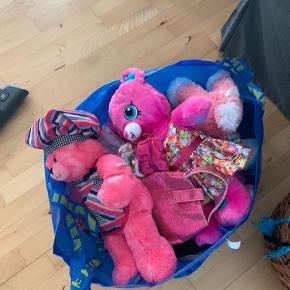 Min datter sælger en MASSE build a Bear. Bamser, tøj, sko, rulleskøjter, sovepose, bøjler, sløjfer og meget mere. Sælges helst samlet men også enkeltvis:-)  Flere billeder kan sendes