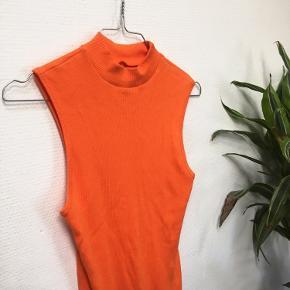 ORANGE HØJHALSET BODYSTOCKING🧡  Sælger denne cool orange højhalset bodystocking!   Pasform: Str. M Modellen: 174 cm, str. M