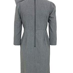 Billederne af den grå er fra nettet og er blot for at illustrere kjolen bedre. Kjolen der er til salg er sort. Farven på kjolen er falmet lidt. Der er et hul i inderforret.