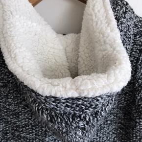 Behagelig trøje med blødt fór fra Zara i str. S. Brugt i en periode men fremstår stadig pæn.   Kan afhentes i Ørestad eller sendes på købers regning.
