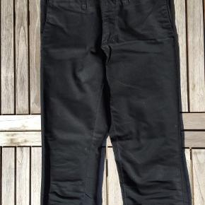 Smarte og slidstærke bukser i sort. Str. 29/34. Flotte og velholdte. Portoen er 37 kr. som køber betaler.  Bytter ikke. Se også mine øvrige annoncer. Betaling via mobilepay og sender med DAO fra dag til dag. (10)