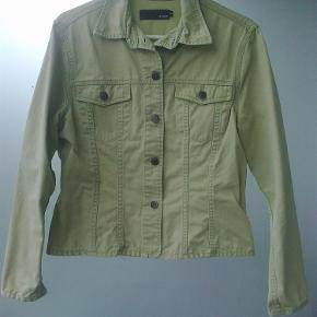 Varetype: cowboy jakke denimjakke denim Farve: Grøn  lys grøn jakke i 100% bomuld  Bryst 2 x 50 cm. Længde 55 cm.  Brugt 2-3 gange  Porto er sendt som forsikret pakke med Dao, med mindre andet aftales.
