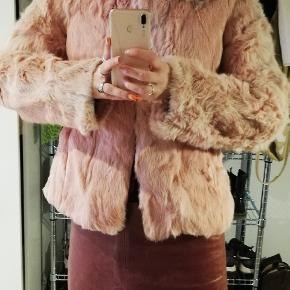 Cuteste kaninpels - fælder lidt men det er ikke noget der ses på jakken udover lidt ved ærmet (se billed)