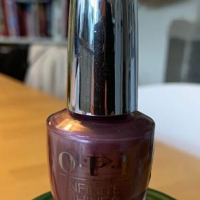 Skinnende neglelak fra Opi i serien Infinite shine 2. Farven: Reykjavik Has All the Hot Spots.