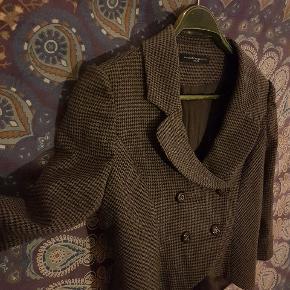 Smuk tweed lignende kort jakke i retro vintage stil. Falder smukt med draperinger bagpå. Købt for 2000 kr. Sælges da jeg prøver spare op til nyt kamera (: viscose, polyester. Byd