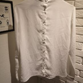 Sælger denne fine hvide bluse/skjorte med knapper bagpå fra Rue De Femme i str. Small. Den et ik brugt ret meget og fejler ik noget.