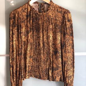 Super lækker bluse fra Zara, sidder vildt godt og behageligt 🧡🖤 Køber betaler fragt  Byd gerne - vi kan også aftale mængderabat, hvis der købes flere stykker tøj på min side ☺️