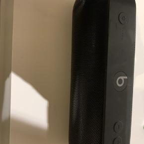 Sælger denne beast højtaler, da jeg ikke bruger den. Den har en enkelt bule i gitteret, men ellers spiller den godt.🥰  Skriv Pb for flere billeder