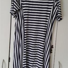 """Dejlig kjole med striber i fint snit og med let A-facon. Kjolen er ikke brugt meget, men har alligevel fået lidt """"nuller"""" i stoffet. Men ikke noget der skæmmer kjolen. Er med masser af stræk. 92% viscose og 8% elastane  Brystvidde 120 cm længde 103 cm  Spar penge og BYD på flere af mine mange annoncer - så bliver portoen også billigere 😉  kjole Farve: hvid og blå"""