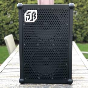Jeg sælger min SOUNDBOKS 2 da jeg ikke får den brugt så meget mere. Den er kun 1 år gammel men ikke brugt så meget. Den har et par ridser omkring kuglerne i bunden og toppen, men ikke noget man som sådan lægger mærke til.   Ingen problemer med lyden eller batteriet. Den spiller perfekt. Der er et par stickers bag på men de kan naturligvis pilles af.  Medfølger:  Soundboks 2 batteri  Oplader kabel  BYD gerne så aftaler vi en fair pris.