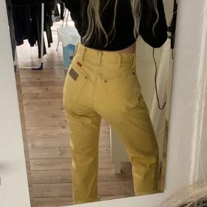 """Ægte vintage wrangler jeans, """"made in USA"""". Købt i en kæmpe denim vintage i Amsterdam. SÅ fede, får dem dog desværre ikke brugt nok! Jeg kan ikke se hvad str de er men jeg plejer at være en small/36 i bukser. Skriv endelig for flere mål eller billeder :)"""