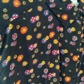 Skjorte i 100 procent silke! Ingen huller eller slid - brugt få gange.