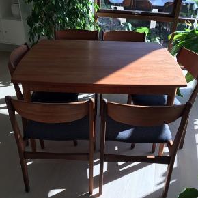 Teaktræsspisebord med 6 stole og hollandsk udtræk. Måler 92x120 cm - med plader 230 cm. Er blevet pudset og har fået oliebehandling. Er lige så lige kommet tilbage fra møbelpolstreren. Alle stole har fået nyt skum og betræk. I super flot stand