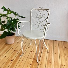 Skøn og charmerende have/altanstol i jern sælges. Har fået nyt sæde på i træ.  Kan selvfølgelig også bruges/være smuk og dekorativ indendørs, fx. i en entré. Mål: højde 83 cm. Bredde m. armlæn 55 cm. Diameter på sæde 42 cm. Siddehøjde 44 cm.  Pris: 350,-kr.  Er til afhentning.  (Se ekstra billede i kommentarfeltet). Se også mine mange andre ting og sager😊- klik på mit navn for at se alle mine ting.