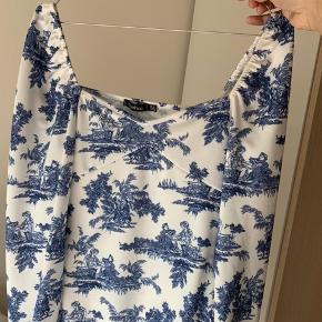 Lavet om fra en kjole til en bluse derfor meget unik  Skriv for billeder med den på :))