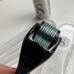Serum 8 dermaroller / skinroller. Nålene er 0,5 mm. Brugt en håndfuld gange, så den er i god stand. Er desinficeret, og der medfølger lidt roller cleancer.
