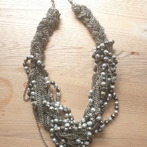 Halskæde med kæder og perler. Aldrig brugt  Mærke: sørnsn Se flere smykker under min profil