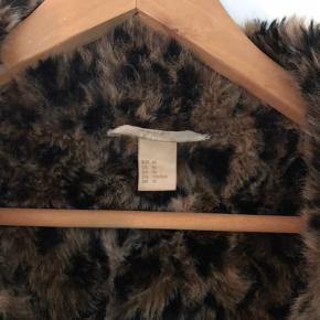 Vinterjakke i imiteret læder fra H&M i str. 40. Jakken er købt med et tilhørende bælte som ikke haves længere. Kom med et bud.