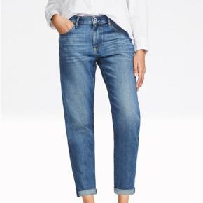 Skønne jeans fra Uniqlo i relaxed fit. Kan bruges uden opsmøg, synes bare det ser godt ud. Str er 29/73,5 cm.
