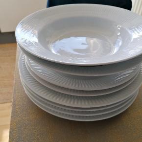 Sælges samlet og skal afhentes i Tilst.  Læs venligst hele beskrivelse nedenfor.  4 stk. stor frokost tallerken (225) 25 cm.  2 stk dyb tallerken (605) 23 cm.  2 stk (2 sort) frokost tallerken (622) 22 cm. Se sidste billede for den lille fejl i glasuren på den ene tallerken. Den andens fejl er at den måler 22,5 cm.  Skal afhentes i Tilst. Sendes ikke.  Sat til salg andre steder også.    Ingen brudgaranti.