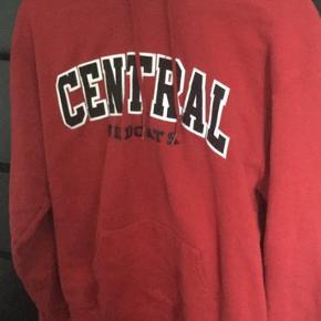Mega fed rød champion hoodie. Købt på en vintage hjemmeside. Den er en str M men kan sagtens passe en S. Brugt maks 5 timer.