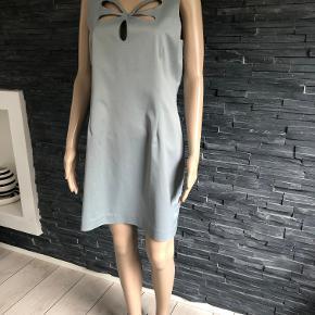 Gudesmuk kjole kun brugt en enkelt gang  Mange smukke detaljer.  Bryst 100 cm   Længde 88 cm