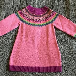 Super blød strik kjole, materiale er 70% uld 30% acryl. Har aldrig været brugt.  Pige - strik kjole NY Farve: Pink