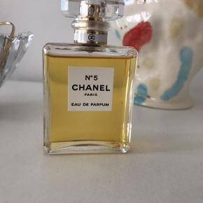Den klassiske Chanel No 5 perfume. 50 ML, kun brugt få sprøjt.   Nypris: 780,-  Sendes forsikret med DAO eller hentes på Amager.