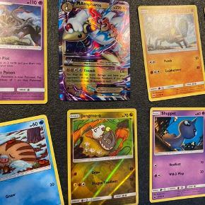 """Fast pris. Sender ved køb over 50kr.  Pokemon kort! 19 alm. Pokemon samlekort + 1 EX specielkort sælges Samlet a kun 25kr. Inkl glimmerkort/shiny-kort.  Har flere samlekort """"bunker"""" til salg pp mine andre annoncer.  Kan hentes i Ledøje. 2765 Smørum."""