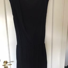 Lækker Jersey kjole med elastik i taljen og fin lidt nedringet ryg