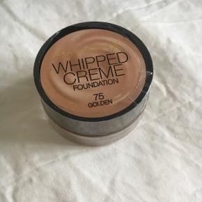 Uåbnet Whipped Cream Foundation fra Max Factor i farven 75 Golden.  Aldrig brugt.  Byd gerne og tjek mine andre annoncer for mængderabat 🌟