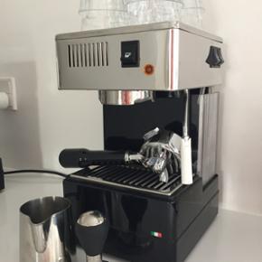 Espressomaskine, Quick Mill. Kun brugt få gange. Se evt. mere om maskinen på www.debijenkorf.nl, hvor prisen er 600 euro svarende til dkk 4500,-. Mælkekande, stempel og glas medfølger.   Super køb for kaffeelskeren!