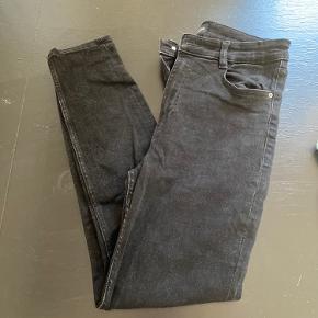 Brugt og vasket få gange.  Små i str, da det er zara jeans Kom med bud