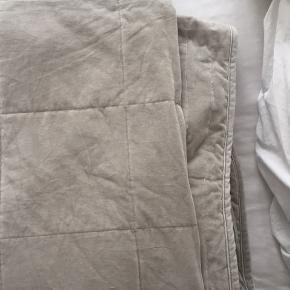 Smukt sengetæppe i velour fra Ikea, nypris var 700. Er kun brugt et par gange.  Byd gerne  Måler 2,75 i længden  Måler 2,60 i bredden