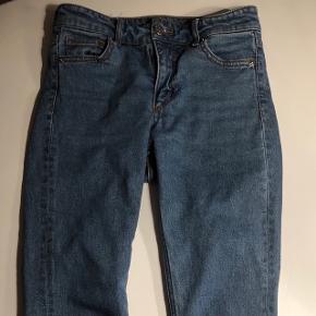 Sælger Monki jeans i en str 26. Nypris omkring 300-400 kr.  Skriv for mere information