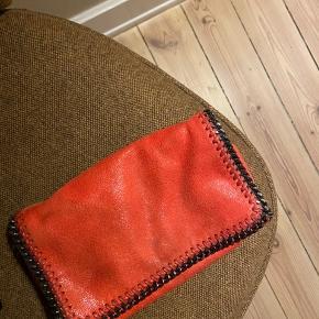 Smuk taske i orange/rød.   Bytter ikke.