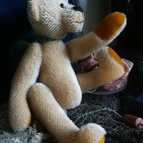 En luksus bamse. Håndlavet I lækre materialer.. (mohair).. Det er en shulte bamse (syet af expert med licens :)).. Den er god til alle aldre.. Som ynglings bamse og som samle objekt.. Måler ca 45 cm i hj.