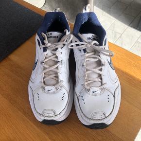 Nike Air monarch i god stand str 44. Hvide med blå detaljer.