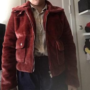 Pæn jakke som ikke er blevet brugt. Vil sælge den fordi det ikke er min stil mere.  Kun til afhentning