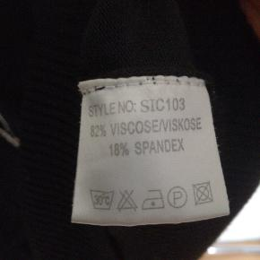 Fin cardigan med korte ærmer og små lommer. Ca 60 cm. Sender ikke.