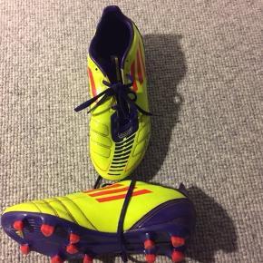 Adidas Messi F50 str. FR 39 1/3 eller UK 6. God fodboldstøvle der næsten ikke er brugt.  Prisidé dkk 50,00 - kom gerne med et seriøst bud :-)  Forsendelse med DAO dkk 36,95.