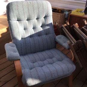 Dejlig lænestol i blåt stribet stof med ben af lyst træ. Den er gammel, så den er lidt fnuldret i stoffet, men fremstår flot!  Man sidder skønt i den :-)